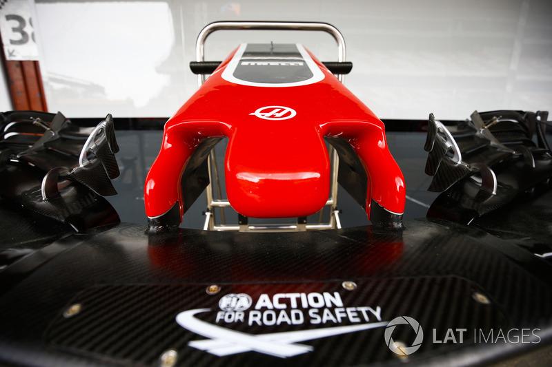 El logo de la FIA Action For Road Safety se muestra en la nariz de un Haas F1 Team VF-18