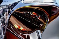 Отражение Даниэля Риккардо, Red Bull Racing RB14, в визоре маршала