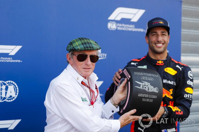 Daniel Ricciardo, Red Bull Racing, riceve il trofeo pole position da Sir Jackie Stewart