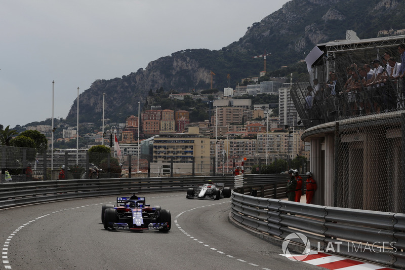 Brendon Hartley, Toro Rosso STR13, leads Charles Leclerc, Sauber C37
