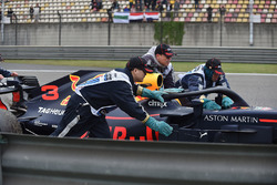 La voiture de Daniel Ricciardo, Red Bull Racing RB14 est ramenée
