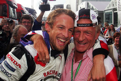 Il vincitore della gara Jenson Button, Honda festeggia la vittoria con il padre John Button