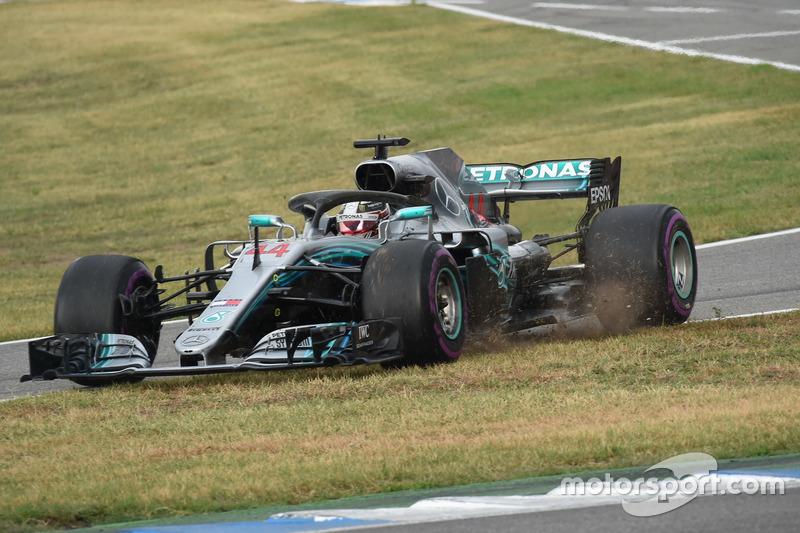 Lewis Hamilton, Mercedes-AMG F1 W09 passe dans l'herbe à l'entrée des stands