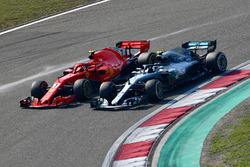 Kimi Raikkonen, Ferrari SF71H en Valtteri Bottas, Mercedes-AMG F1 W09 EQ Power+ battle