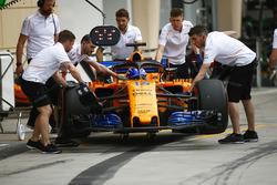 McLaren engineers move Fernando Alonso, McLaren MCL33 Renault, to the garage