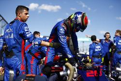 Les mécaniciens Toro Rosso travaillent sur la voiture de Brendon Hartley, Toro Rosso STR13 Honda, sur la grille pendant qu'il en sort
