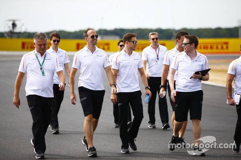 Stoffel Vandoorne, McLaren, cammina lungo il circuito con i colleghi, incluso il nuovo Direttore sportivo Gil de Ferran