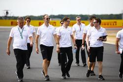 Stoffel Vandoorne, McLaren, walks the circuit with colleagues, including new Sporting Director Gil de Ferran