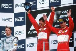 Podyum: Yarış galibi Michael Schumacher, Ferrari, 2. Mika Hakkinen, McLaren, 3. Eddie Irvine, Ferrari
