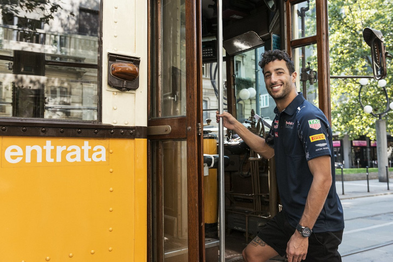 Daniel Ricciardo in der historischen Tram in Mailand