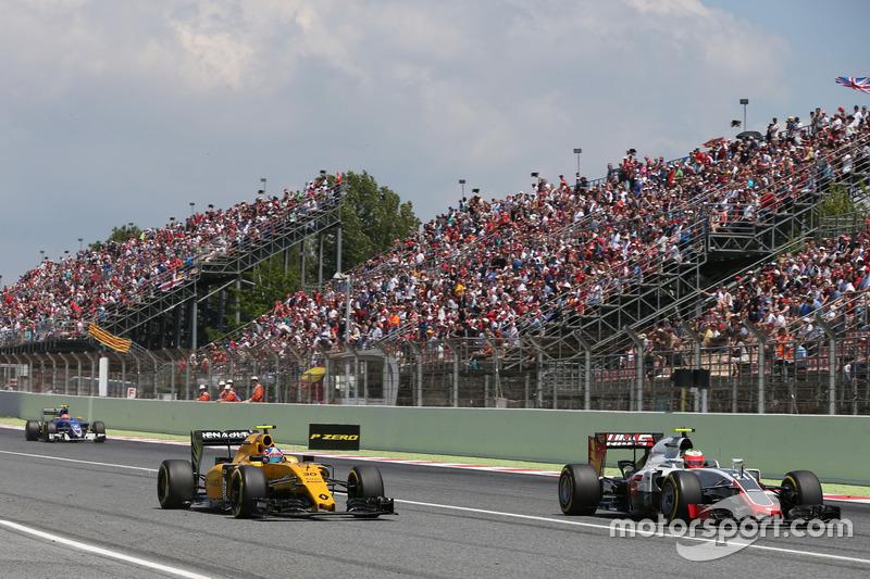 Джолион Палмер, Renault Sport F1 Team RS16 и Эстебан Гутьеррес, Haas F1 Team VF-16 - борьба за позиц