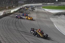 Reinicio: James Hinchcliffe, Schmidt Peterson Motorsports Honda líder