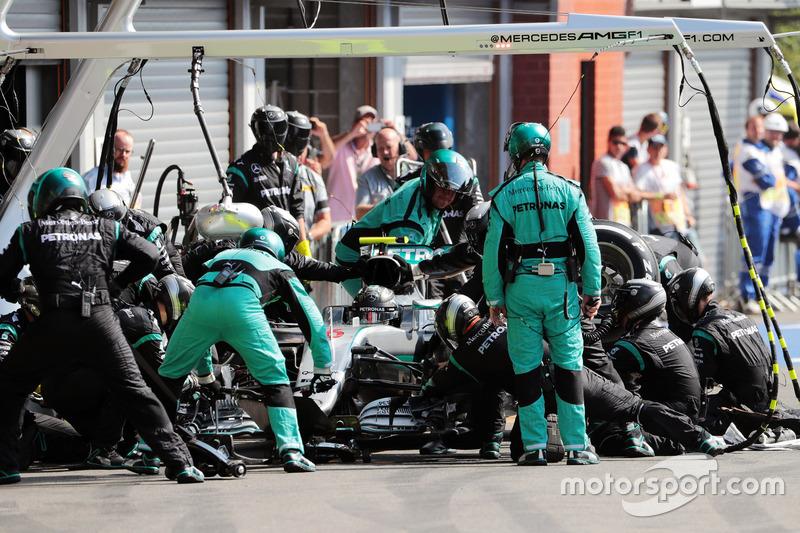 Nico Rosberg, Mercedes AMG F1 W07 Hybrid fa un pit stop