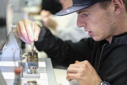 Max Verstappen visita la fábrica de TAG Heuer