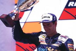 Podio: il secondo classificato Carlos Checa, Honda
