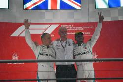 Valtteri Bottas, Mercedes-AMG F1, il Dr. Dieter Zetsche, CEO Daimler AG e Lewis Hamilton, Mercedes-AMG F1, festeggiano sul podio