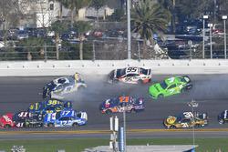 Chase Elliott, Hendrick Motorsports Chevrolet Camaro, Danica Patrick, Premium Motorsports Chevrolet Camaro, Kasey Kahne, Leavine Family Racing Chevrolet Camaro pris dans un crash