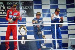 Podio: il vincitore della gara Alain Prost, il secondo classificato Ayrton Senna, il terzo classific
