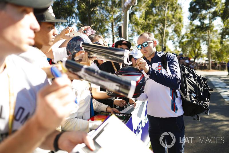 Robert Kubica, Williams Martini Racing, firma autografi ai fan