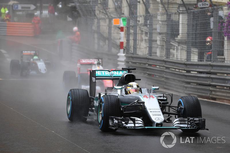 Em 2016, a chuva deu uma bagunçada nas coisas. A prova foi movimentada e permitiu que Hamilton, que largou em terceiro, saltasse para a ponta depois de um erro de pitstop da Red Bull.