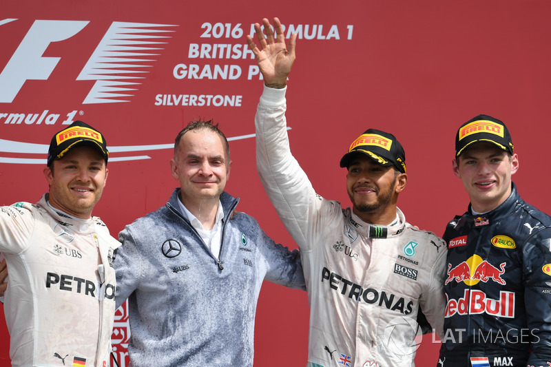 Podyum: 2. Nico Rosberg, Mercedes AMG F1, John Owen, Mercedes AMG F1 Şef Mühendisi, Lewis Hamilton, Mercedes AMG F1, Max Verstappen, Red Bull Racing