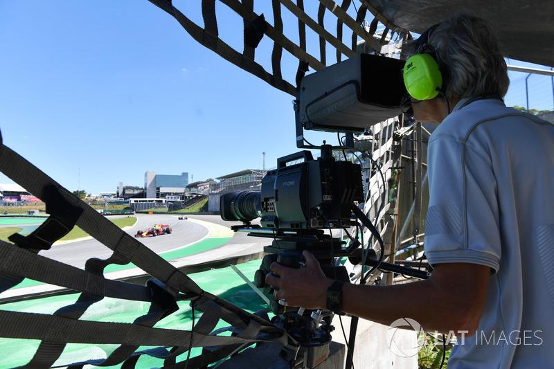 Un caméraman filme la course