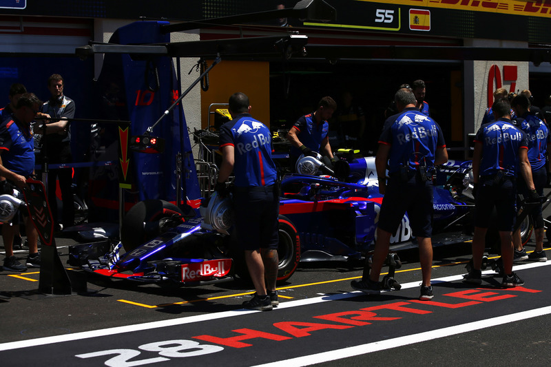 Pierre Gasly, Toro Rosso STR13, dans la voie des stands