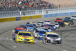 Joey Logano, Team Penske, Ford Fusion Pennzoil and Kevin Harvick, Stewart-Haas Racing, Ford Fusion Jimmy John's