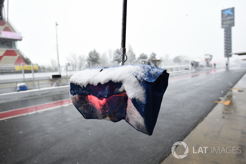 Pit stop light as snow stops testing on day three
