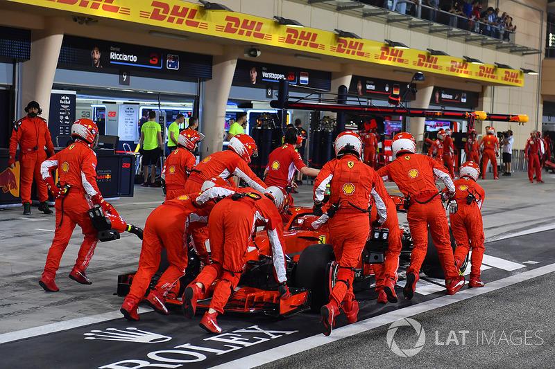 Mekanik mendorong mobil Kimi Raikkonen, Ferrari SF71H di tengah pitlane