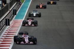 Sergio Perez, Force India VJM10, voor Esteban Ocon, Force India VJM10, en Felipe Massa, Williams FW40