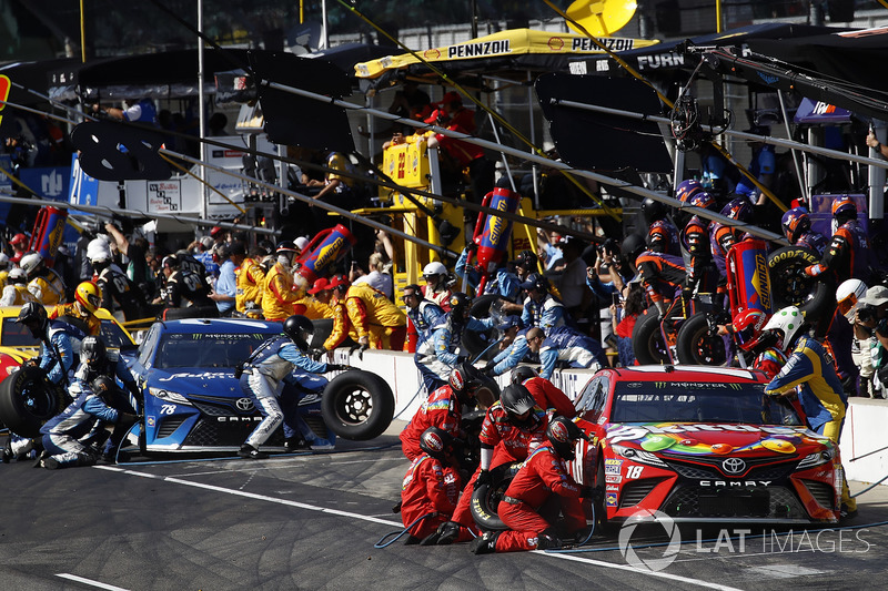 Kyle Busch, Joe Gibbs Racing ToyotaMartin Truex Jr., Furniture Row Racing Toyota pit stop