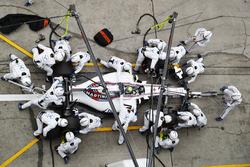 Felipe Massa, Williams FW40, s'arrête au stand