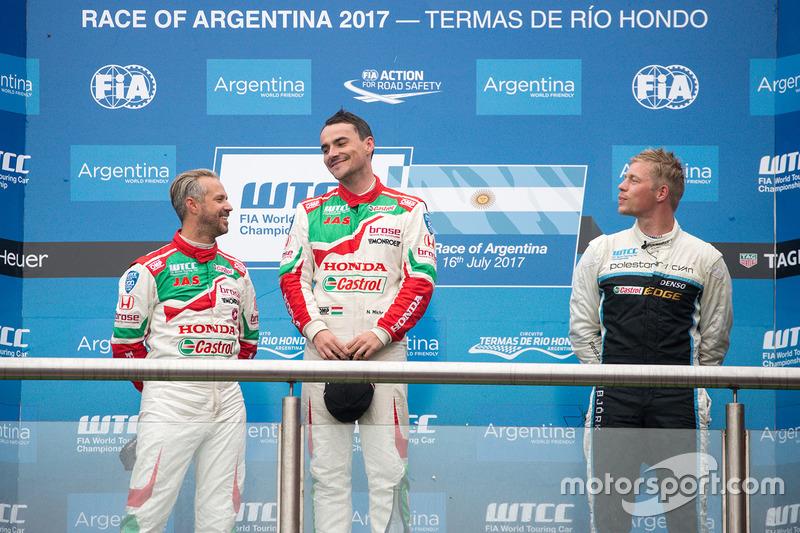 Dobogó: a győztes Norbert Michelisz, Honda Racing Team JAS, második Tiago Monteiro, Honda Racing Team JAS, harmadik Thed Björk, Polestar Cyan Racing