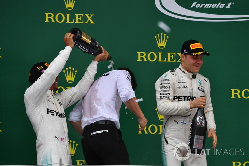 Peter Bonnington, Mercedes AMG F1 Race Engineer, Lewis Hamilton, Mercedes AMG F1 y Valtteri Bottas, Mercedes AMG F1 celebran en el podio