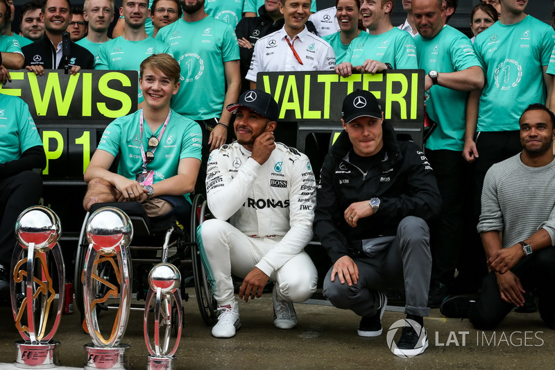 Ganador de la carrera Lewis Hamilton, Mercedes AMG F1 celebra con su hermano Nicolas Hamilton, Valtt