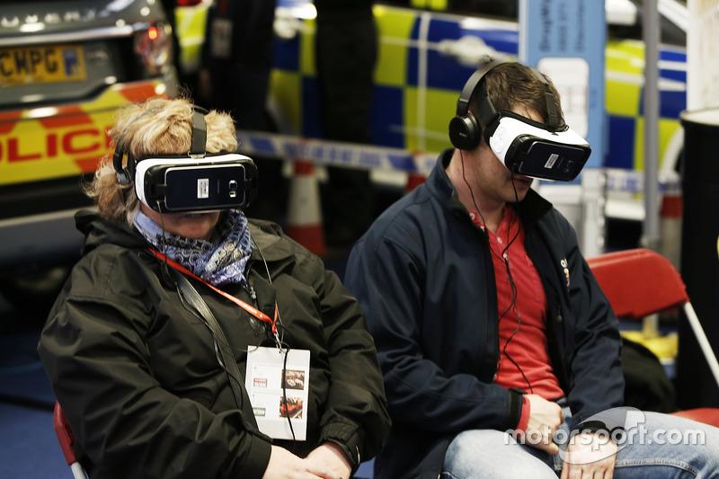 Aficionados en el stand de realidad virtual