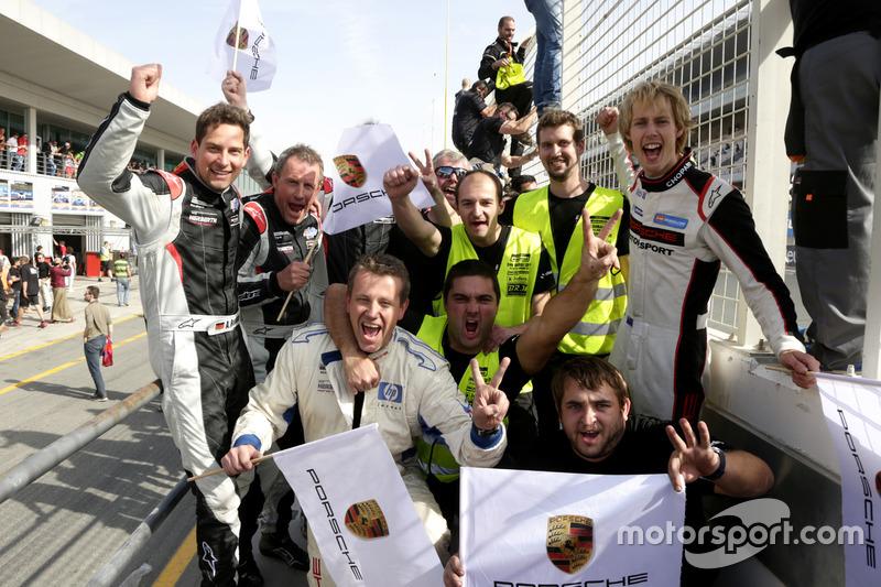 El equipo de #911 Herberth Motorsport Porsche 991 GT3 R: Daniel Allemann, Ralf Bohn, Robert Renauer, Alfred Renauer, Brendon Hartley celebra