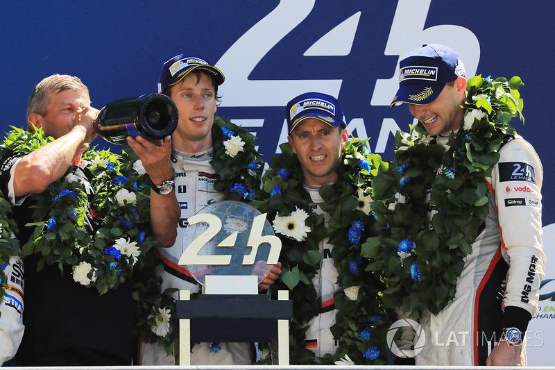 Podium: 1. Timo Bernhard, Earl Bamber, Brendon Hartley, Porsche Team, Fritz Enzinger, Leiter Porsche LMP1