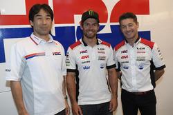 Директор HRC Тецухиро Кувата, гонщик LCR Honda Кэл Кратчлоу, руководитель команды Лучио Чеккинелло