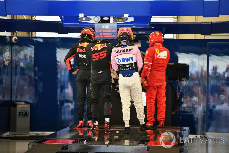 Даниэль Риккардо и Макс Ферстаппен, Серхио Перес, Sahara Force India F1, и Кими Райкконен, Ferrari