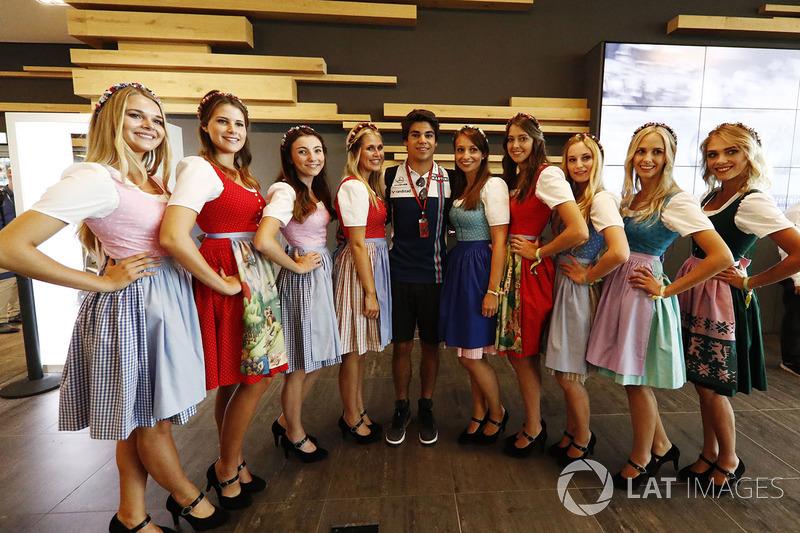 Lance Stroll, Williams, y una joven con el típico vestido austriaco.