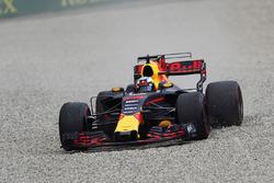 Daniel Ricciardo, Red Bull Racing RB13, runs into the gravel