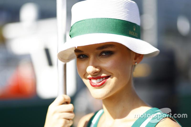 Una glamorosa chica promocional de Rolex