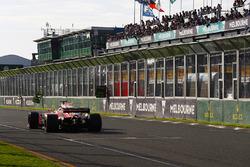Leader Sebastian Vettel, Ferrari SF70H, receives his pit board, which indicates a 10.4s lead