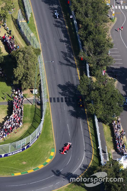Kimi Räikkönen, Ferrari, SF70H; Felipe Massa, Williams, FW40