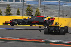 Romain Grosjean, Haas F1 Team VF-17 and Jolyon Palmer, Renault Sport F1 Team RS17 crash