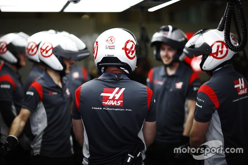 Haas F1 Team pit crew