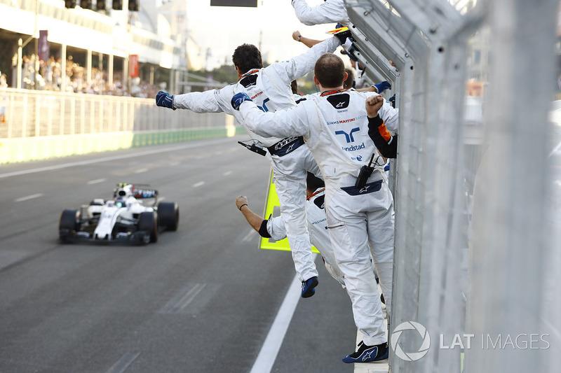 Williams поздравляет Стролла с первым подиумом, не переживая об упущенном втором месте, которое он на финише отдал Боттасу