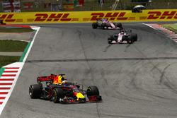 Daniel Ricciardo, Red Bull Racing RB13, Sergio Perez, Sahara Force India F1 VJM10, Esteban Ocon, Sahara Force India F1 VJM10